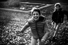 Eclats d'automne (PaxaMik) Tags: noiretblanc noir n§b automne autumn courir running kids kidsplaying jeudenfant rires surlevif parc