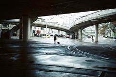 winter boredom (gato-gato-gato) Tags: 35mm ch iso400 ilford ls600 noritsu noritsuls600 schweiz strasse street streetphotographer streetphotography streettogs suisse svizzera switzerland zueri zuerich zurigo z¸rich analog analogphotography believeinfilm film filmisnotdead filmphotography flickr gatogatogato gatogatogatoch homedeveloped streetphoto streetpic tobiasgaulkech wwwgatogatogatoch zürich black white schwarz weiss bw blanco negro monochrom monochrome blanc noir strase onthestreets mensch person human pedestrian fussgänger fusgänger passant sviss zwitserland isviçre zurich contaxt2 contax t2 autofocus pointandshoot