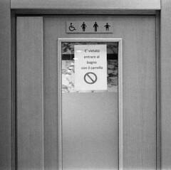 Lascia fuori il carrello! (sirio174 (anche su Lomography)) Tags: carrrello bagno toilette avviso volantino fuori divieto como supermercato
