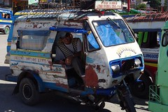 Metching (Décembre  2016) (Ostrevents) Tags: jagna philippines pilipina pinoy îledebohol boholisland île island bohol sud south gareroutière busstation gare station tricycle quatricycle moto honda monocylindre onecylinder bricolage artisanat carrosserie systèmesd débrouille chauffeur driver pilote homme man rasta menching rencontre meet chn ostrevents blanc white blue bleue
