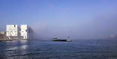 Opkomende mist (Tim Boric) Tags: amsterdam ij mist fog boot schip boat ship gerechtsgebouw