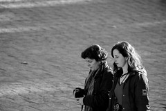 people of istanbul #11 (pictografie) Tags: black blackandwhite bw daughter discuss diskutieren familie family frau istanbul15 mam menschen mutter people schwarz strassen streets tochter weiss white women