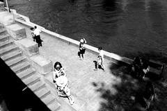 Parcelle 15-019_04 (gyjishukke) Tags: paris monochrome seine analog noiretblanc femme 15 hc110 ombre chapeau ilford quai escalier argentique marches delta400 800iso graphique passants selfdevelopment paves dil149 mjuii