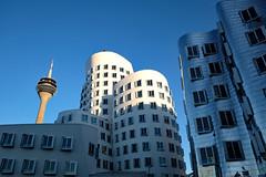 Gehry-Bauten am Medienhafen (Georg Hirsch) Tags: düsseldorf medienhafen architecture gehry spiegelung spiegel metall aluminium platten fenster hotel himmel blauerhimmel