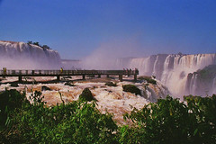 Iguazu Falls Footbridge, Argentina & Brazil (Thad Roan - Bridgepix) Tags: 200511 travel bridge brazil argentina photo waterfall photos footbridge bridges sunny falls waterfalls iguazu iguazufalls iguaufalls iguasu fozdoiguau cataratasdeliguaz cataratasdoiguau puertoiguaz bridgepix bridgeblog