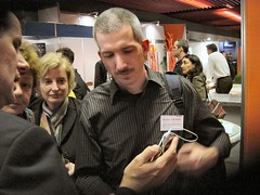 Pierre Gorissen bekijkt de nieuwe Ipod 2
