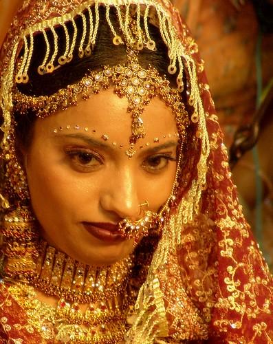 mariée indienne dans les tons dorés