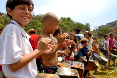 learning to play on the cans ( Tatiana Cardeal) Tags: 2005 brazil people brasil magazine children hope published revista photojournalism documentary carf diadema tatianacardeal streetkids ong ngo brsil socialchange humminbird thebigissue documentaire documentario childrenatriskfoundation