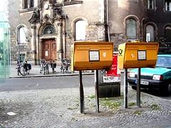 sentimental journey (malidinapoli) Tags: berlin berlijn berlino germany deutschland neukölln letterbox mailbox briefkasten brievenbus bikes sentimental rathaus yellow gelb jaune giallo europe europa fahraddiebe geel briefkastenbeine wildenbruchstrasse sentimentaljourney brilliant kiez