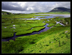 South Harris Landscape (Iguana Jo) Tags: scotland scozia harris cielo nuvole sky clouds grass erba acqua water mare sea stream torrente foce mouth riflesso reflection green verde topv333