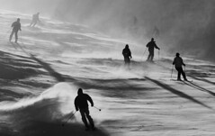 Les skieurs arrivent (simpologist) Tags: bw snow ski france deleteme4 silhouette skiing savedbythedeletemegroup action spray saveme10 backlit piste avoriaz contresoleil