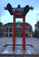 Dalí levitando.... ese es el título, aunque más bien está sentado en una siiiiiiillaaaaaaaaa muuuuuuuuy aaaaaaaltaaaaa. (AGirau ...) Tags: plazedecatalogne lespritchards agirauflickr flickr agirau dalílevitando silla dalí perpinyà