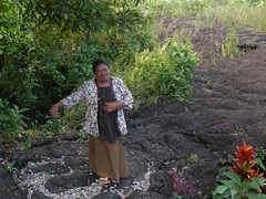 Sale'aula (Savai'i) Samoa, Südsee - Samoanerin führt uns durch das Lavafeld von Sale'aula / Samoanerin leads us through the lava field of Sale'aula (cd.berlin) Tags: samoa 2009 wst ws pazifik pacific tropen südsee apw samoan islands insel polynesian polynesien roundislandtrip inselrundfahrt savaii saleaula samoanerin lächeln smile lavafeld lavafield lava vulkanausbruch volcaniceruption cdberlin traumziel dreamdestination