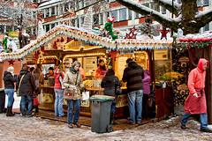 Kerstmarkt-schlemmerei (Don Pedro de Carrion de los Condes !) Tags: donpedro d700 fx kerst markt hutjes blokhut sfeer eten drinken gluhwein naaldboom binnenstad duitsland bezoekers damrakdecemberdruk horeca kerstdecoratie kerstlampjes kerstmarkt lampjes shoppen kerstverlichting kerstversiering kopenlampjes lopen mensen schemering spelen straat toeristen toeristisch verlicht verlichting winkelen winter wintersfeer etenendrinken hotdogs sauerkraut worst wurst kerstsfeer munster nrw bier rotwein
