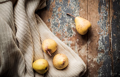 (jakub.sulima) Tags: nikon d750 nikkor 50mm winter autumn fruits fruit pear scarf wool wood wooden table studio indoor top view warm colours colorful brown yellow white ecru blue pale pastel delicate old vintage gold natur nature pattern flickr january cold art light natural happynewyear2017