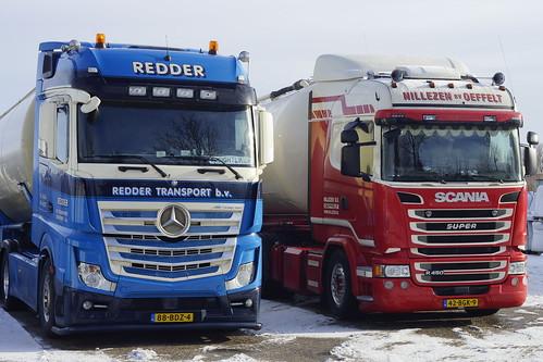 Mercedes-Benz Actros van Redder Transport B.V. met kenteken 88-BDZ-4 en Scania R450 Super van Nillezen B.V. met kenteken 42-BGK-9 in Bemmel 15-01-2017