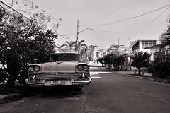 Cuba Car Wreck (=RetroTwin=) Tags: retrotwin lostillusion75 cuba kuba 2016 november bw monochrome canon eos 450d havanna la habana oldtimer car auto einfarbig fahrzeug outdoor efs1022mm f3545 usm 1022mm havana