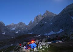 Vivac en el Jou de Cabrones (elosoenpersona) Tags: mountains night de stars europa asturias trail estrellas nocturna peaks picos montañas jou cabrones vivac elosoenpersona