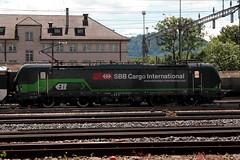 SBB Cargo International Lokomotive Vectron 193 209 von Siemens mit BLS Ltschbergbahn GoldenPass Wagen beim Gterbahnhof Bern Weyermannshaus bei Bern im Kanton Bern der Schweiz (chrchr_75) Tags: chriguhurnibluemailch christoph hurni schweiz suisse switzerland svizzera suissa swiss chrchr chrchr75 chrigu chriguhurni juni 2015 hurni150619 kantonbern albumbahnenderschweiz albumbahnenderschweiz201516 schweizer bahnen eisenbahn bahn train treno zug albumzzz201506juni juni2015 albumblsltschbergbahn bls ltschbergbahn juna zoug trainen tog tren  lokomotive  locomotora lok lokomotiv locomotief locomotiva locomotive railway rautatie chemin de fer ferrovia  spoorweg  centralstation ferroviaria