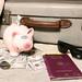 Sparschwein mit Geld und Koffer auf Sand - Urlaub mit Reisepass - nah