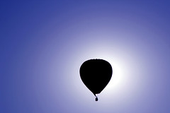 Spostati, mi fai ombra (meghimeg) Tags: 2017 mondovì mongolfiere balloon cielo sky blu blue azzurro controluce backlight mongolfiera baloon
