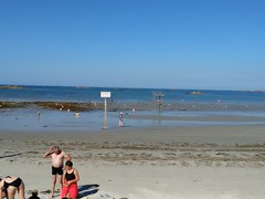 IMG_20150808_175613 (KaRiNe_Fr) Tags: france bretagne bleu plage reflets gens finistre mare steanne stpoldelon