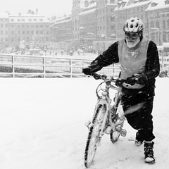 Never give up! (Per Österlund) Tags: bnw bw stockholm sweden street streetphotography fotografiadistrada fotografíadecalle photographiederue gatufoto bike snow beard oldtown gamlastan people weather 2016 monochrome mono outdoor streetphoto panasonic panasonicgx8 leicadgsummilux15f17