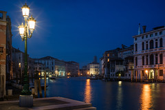 Grande Canal (Bastian.K) Tags: venedig zeisszm35 venice carl zeiss carlzeisslenses sony a7rii a7r2 a7rm2 phillipreevenet review long exposure blue hour cityscape blaue stunde laterne blende blendensterne blendenstern sunstar starburst zm3514 zm 35mm 14