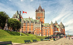 Le Château Frontenac - Québec City (Québec, Canada) (Andrea Moscato) Tags: andreamoscato canada america view vista vivid hotel building edificio architecture architettura cielo clouds city città sky nuvole boardwalk boulevard walk street strada old ancient history historic site people green grass trees blue brick day flag bench wood castle light shadow