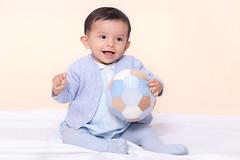 Niño con Balón (Photo Valdueza) Tags: retrato niño balon casero estudio sonrisa miradas pequeños azul