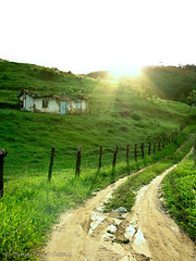 Vida boa (Daniel Pascoal) Tags: old sunset pordosol brazil sun house verde green sol broken public grass brasil way wonder farm interior sopaulo country velha estrada grama antiga terra caminhos ways caminho fazenda mogi quebrada causa quebrado mogidascruzes guararema danielpg