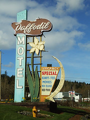 Daffodil Motel (Curtis Gregory Perry) Tags: old light signs classic luz glass sign night hydrant vintage licht washington neon glow state pacific northwest bright lumire tube tubes free motel ne retro special daffodil signage wa movies glowing arrow milton dying vacancy luce muestra important signe sinal neons  zeichen non segno     teken     glowed    neonic