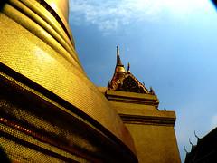 City of Gold (aldask) Tags: voyage travel sky wall architecture thailand temple gold golden bangkok thaïlande ciel watpo กรุงเทพฯ aldask