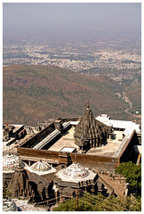 A prayer with a view (Gurugo) Tags: city india mountain jain gujarat junagadh bluelist mountgirnar utataview