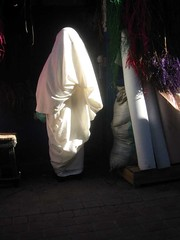 Woman dressed in Haik (Toni Pamuk) Tags: costumes light people woman white luz licht costume women waiting afternoon market northafrica hijab menschen agadir clothes morocco maroc unknown modesty souk medina afrika casablanca safi tradition blida marruecos mujeres march essaouira marokko fes femmes rabat frauen afrique mogador alger marrakesch erfoud rissani unbekannt haik inconnu afriquedunord boumerdes oujda annaba batna incgnito bechar tonipamuk errachidia street5bob kenitra layoune bjaya kasbahtadla