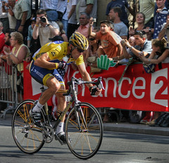 Lance Armstrong (_Allen_) Tags: france sports bicycle sport race geotagged tour competition racing lance tourdefrance armstrong lancearmstrong letour defrance getilt0 scoopt gerange1000 geolat48866045 geolon232488
