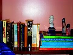Litratyuoor (tom de plume) Tags: books bookshelf beethoven cats