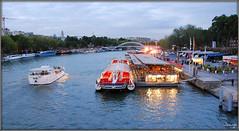 Embarcadero (París, 1-10-2009) (Juanje Orío) Tags: francia parís 2009 río sena puente barco bandera horaazul reflejo