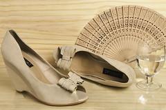 Luxo Verão (angelasmorato) Tags: publicidade produto still estúdio sapato bege leque água taça madeira