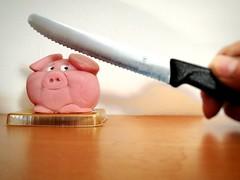 Lieb dreinschau'n bringt gar nix! (NoDurians) Tags: marzipan schwein pig knife