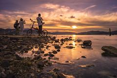 Wu Kai Sha 烏溪沙 (mikemikecat) Tags: sunset sea summer people nature water landscape hongkong golden scenery sony voigtlander 夕陽 nokton skyblue magicmoment 夕空 wukaisha a7r 夕暮 烏溪沙 vm21 mikemikecat