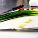 Cebolletas guindillas ajos y cuchillos
