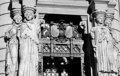 Las Cariátides (Uno de Melilla) Tags: madrid cariátides diosa cibeles edificio grassy plaza spain españa pwmelilla