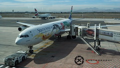 "SAA ""Sianqoba"" At Cape Town International Airport (Jan-Krux Photography) Tags: africa town paint finger taxi south airplanes flight olympus special airbus western cape ready block passenger ba airports boing plain takeoff saa a320 b747 kapstadt em1 flugzeuge flug suedafrika staralliance southafricanairways brittishairways passagierflugzeug westkap capetowninternational ablegen flughaefen startbereit abflugbereit sianqoba sonderbemahlung"