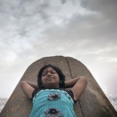 முகம் (Kals Pics) Tags: face portrait kids girl smile happiness bliss sea waves bayofbengal cwc chennaiweelendclickers roi rootsofindia sky clouds weather climate shore singarachennai royapuram life people happy child chennai tamilnadu india kalspics