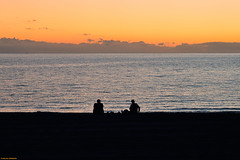 3 x 2 (Carlos Arriero) Tags: tazacorte lapalmatenerife españa playa beach contraluz silueta silhouette sunset atardecer people gente personas contemplación nikon d800e tamron 2470mm composición composition viajar travel horizonte carlosarriero tercios tenerife