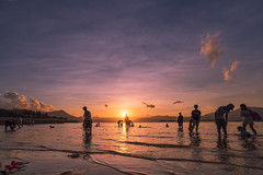 Wu Kai Sha 烏溪沙 (mikemikecat) Tags: sunset sea summer people nature water landscape hongkong golden scenery sony 夕陽 雲 海岸 海 日落 風景 天空 skyblue magicmoment 海邊 海灘 夕空 戶外 wukaisha a7r 岸邊 夕暮 烏溪沙 sel1635z fe1635mm mikemikecat