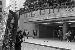 #2410 - Metrô Anhangabaú (vintequatro10) Tags: streetphotography streetphotographer street rua fotografiaderua fotografiadocumental cityscape pb bw pretoebranco blackandwhite monocromático anhangabaú metrô subway moradorderua sp sampa sãopaulo brasil brazil 2410 pentaxkm pentax pentaxk1000 ilford ilfordhp5 ilfordhp5400 50mm 35mmfilm film filme filmisnotdead filmeisnotdead