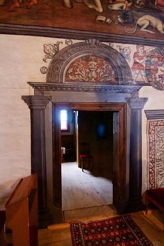 Przejście do zakrystii i fragment herbu Rawicz w kościele w Boguszycach