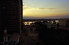 Ägypten 1999 (543) Kairo (Rüdiger Stehn) Tags: القاهرة kairo alqāhira unterägypten nordägypten bauwerk profanbau haus hochhaus gebäude afrika ägypten egypt nordafrika 1999 winter urlaub dia analogfilm scan slide 1990er 1990s diapositivfilm analog kbfilm kleinbild canoscan8800f canoneos500n 35mm stadt misr مصر wasser flus nil moschee minarett
